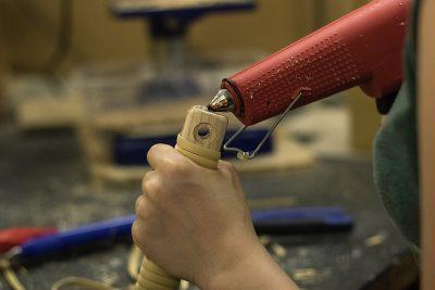 Nahaufnahme beim verkleben eines Bauelements aus Holz