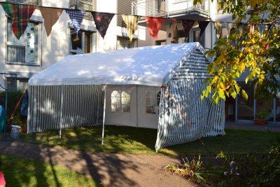 Nahaufnahme von einem aufgestellten Zelt