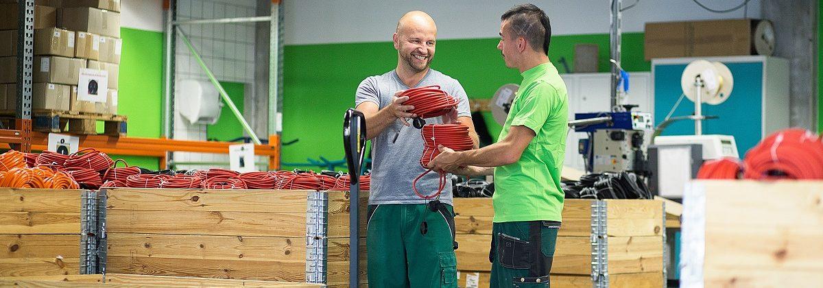 2 Arbeiter bei der Lagerung von Kabeln